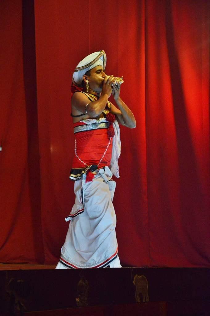 Ланкиец держит ракушку