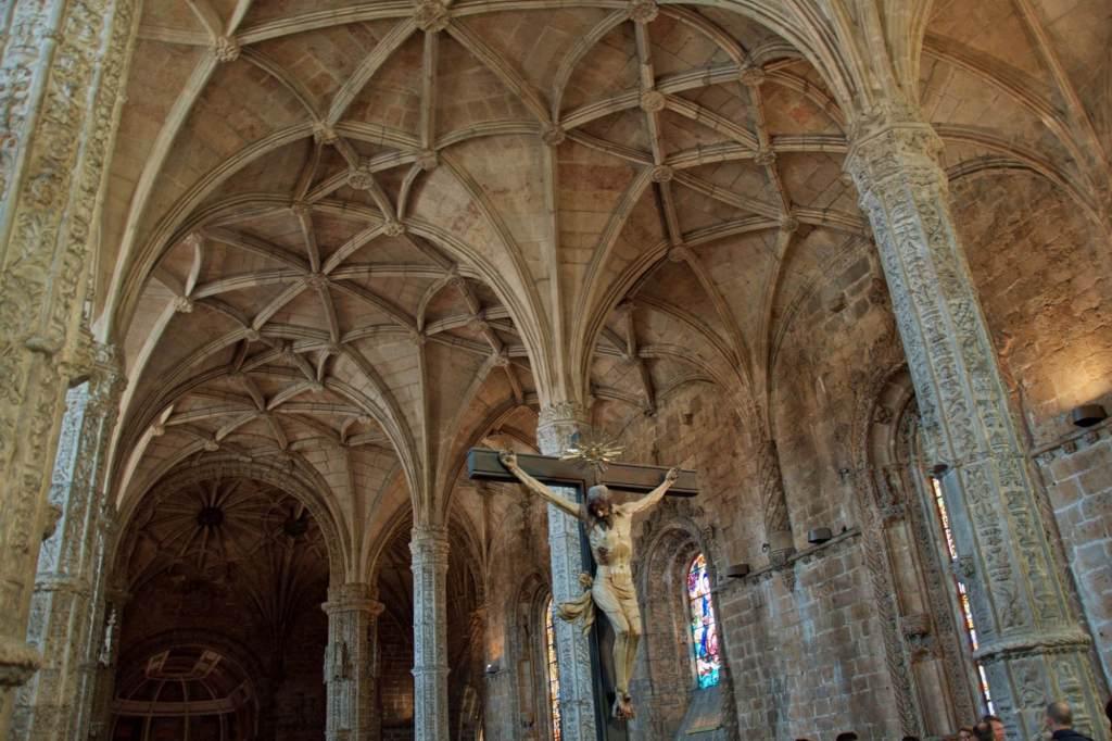 Распятие Христа на колонне в зале Жеронимуш в Лиссабоне