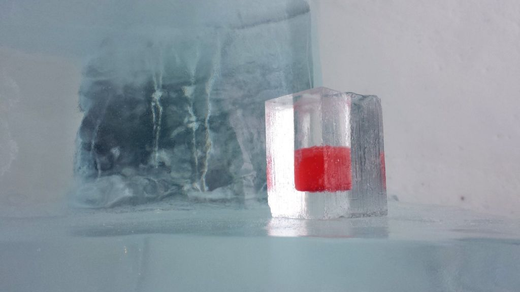 Красный напиток в стакане изо льда - канадская кухня