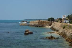 Защитные стены у моря