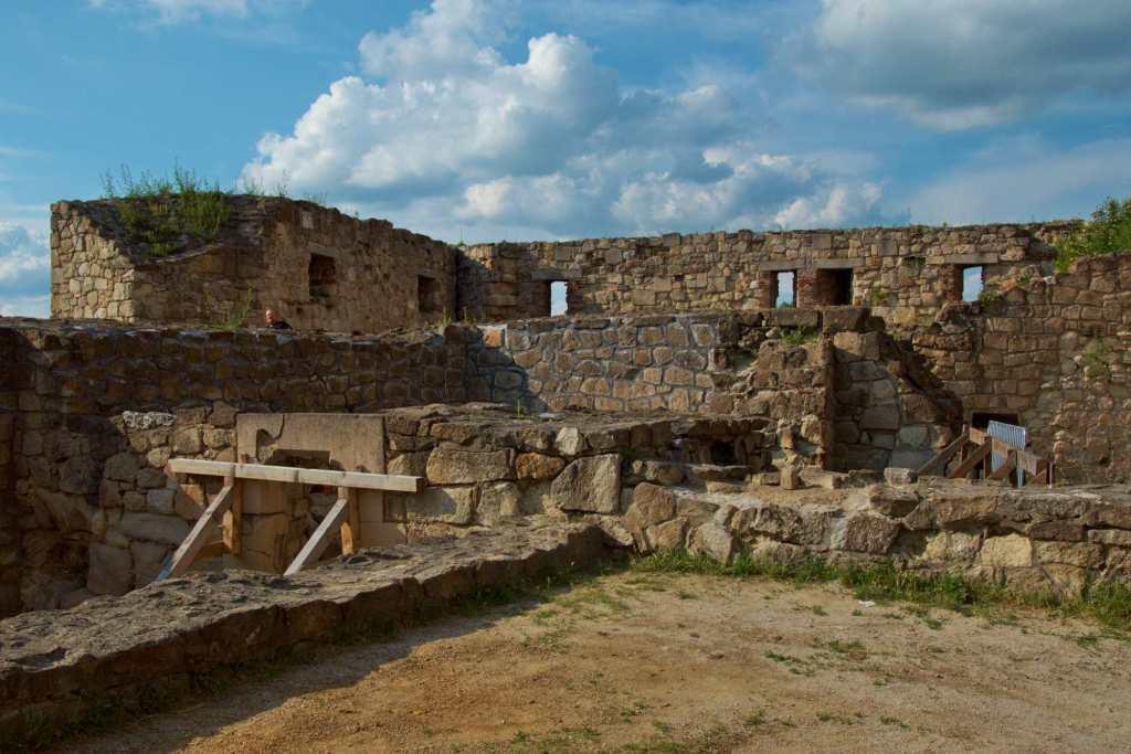 Реконструкция средневекового замка