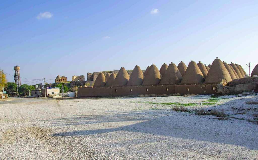 Конусовидные постройки из глины