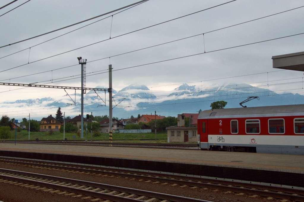 состав поезда на фоне заснеженных гор