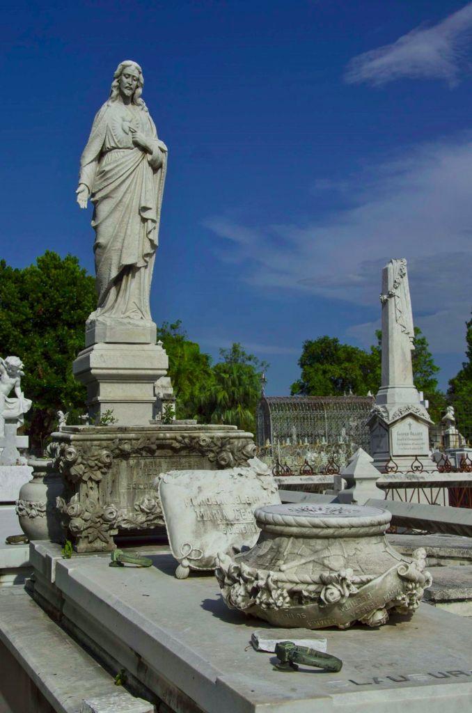 Памятники в некрополе на Кубе