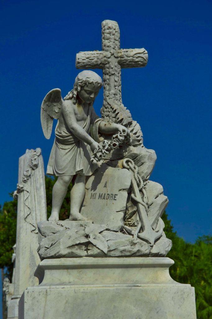 Крест и ангел на могиле - Латинская Америка