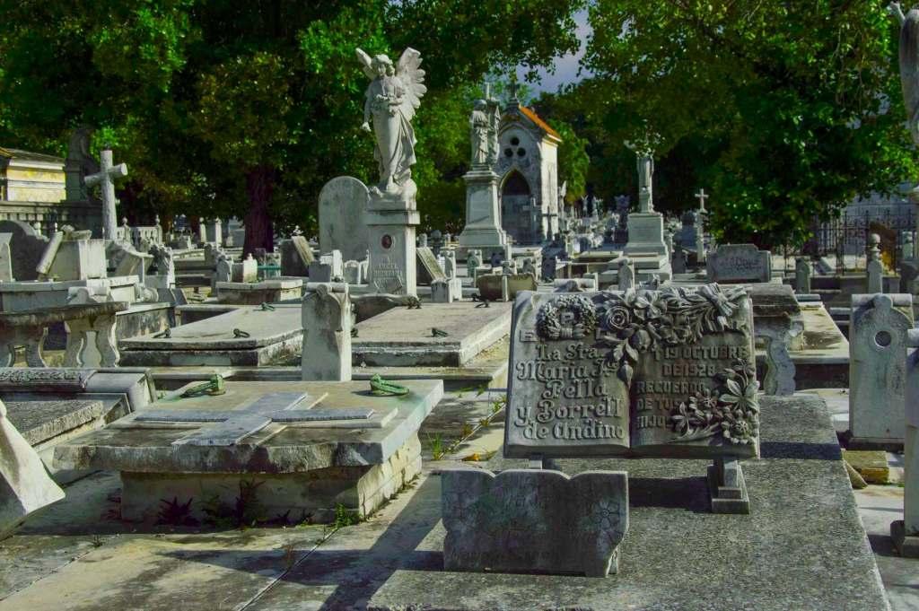 Надгробный памятник из мрамора в виде книги