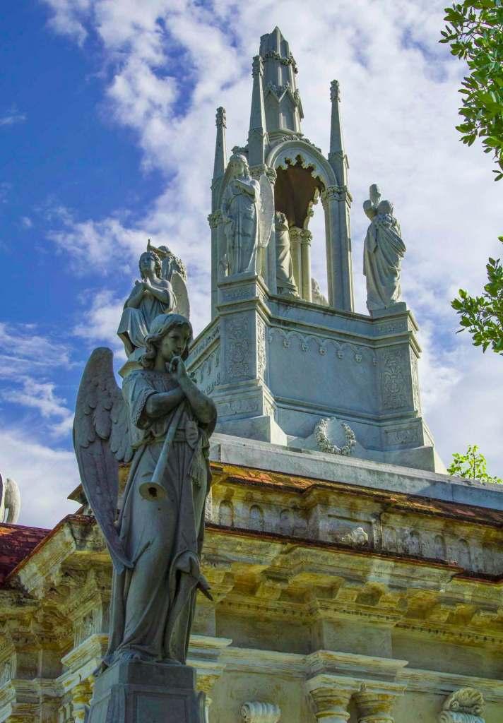 Ангел с крыльями на фоне белой часовни