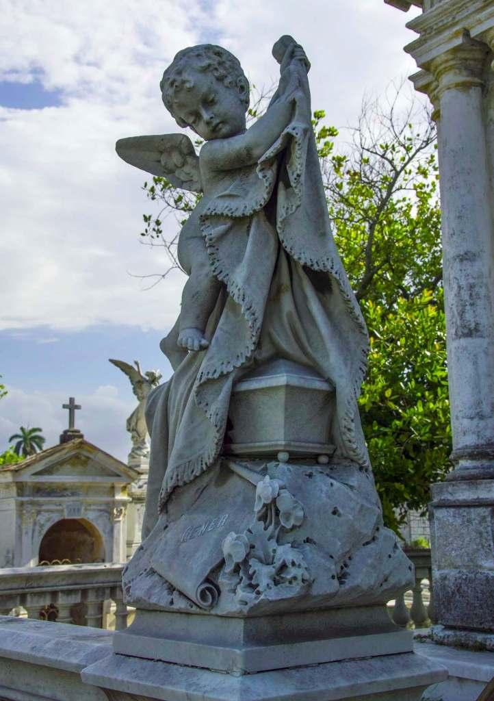 Мраморная скульптура ангелочка