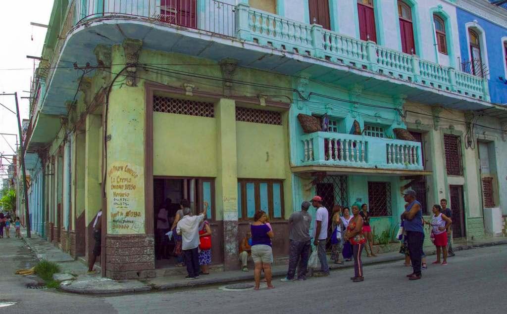 Очередь в магазин в Гавана