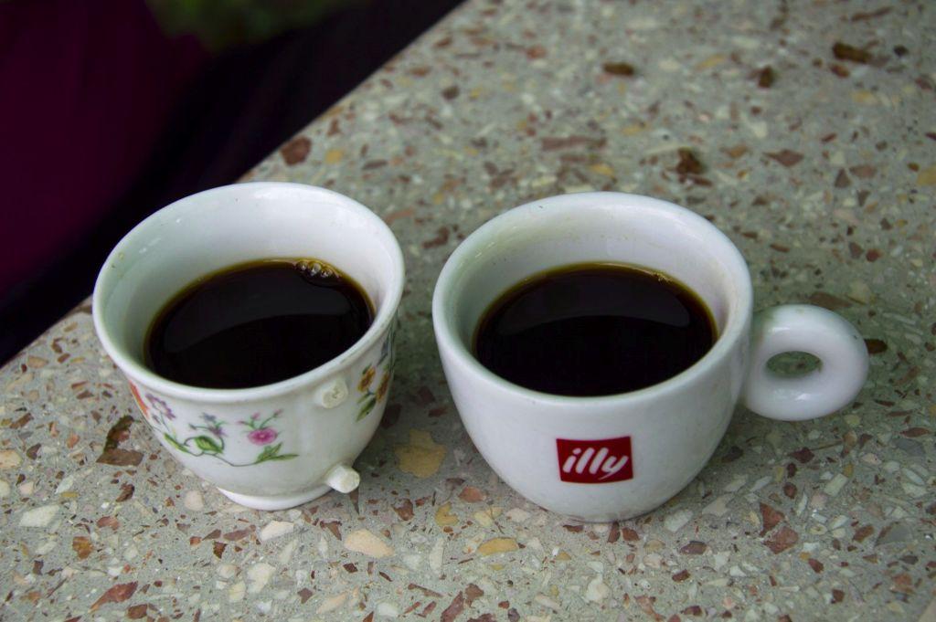 Две маленькие чашки кофе