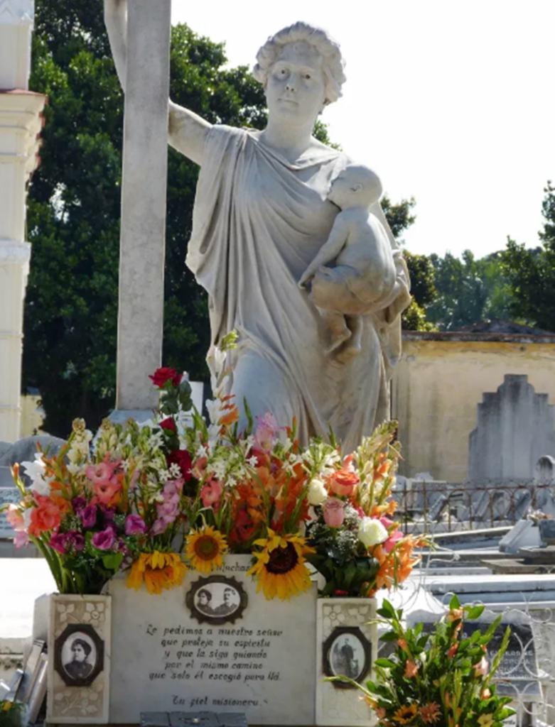 Религиозная скульптура - кладбище Колон в Гаване