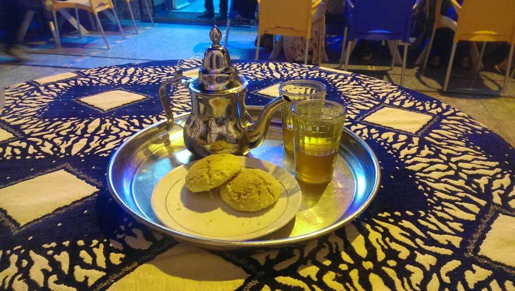 Чайник стакан и десерт