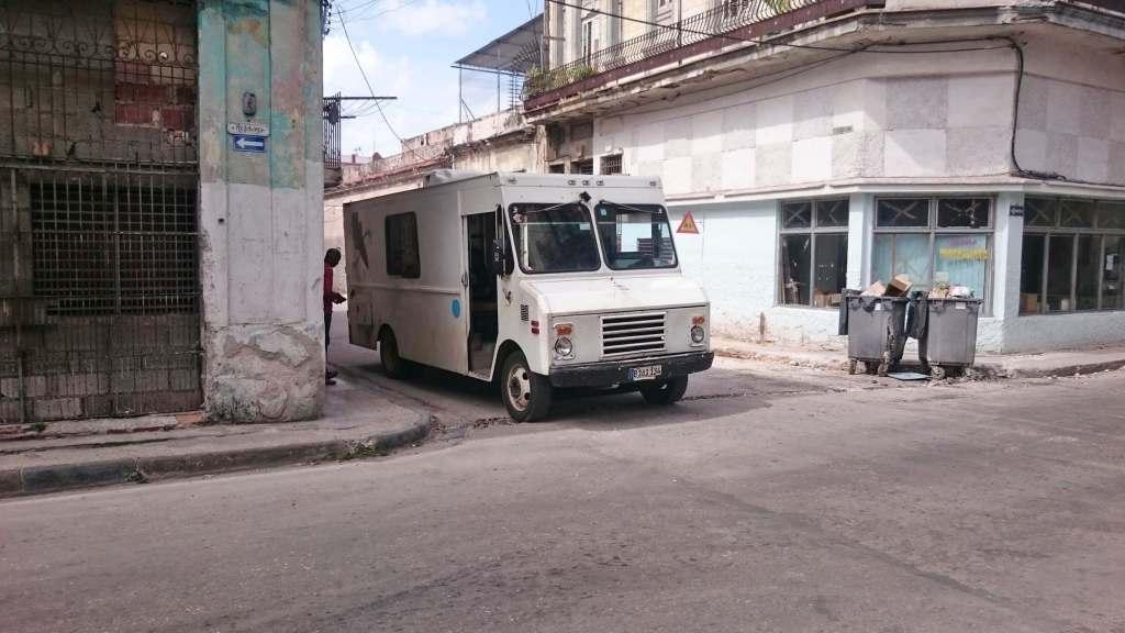 Автобус выезжает из переулка