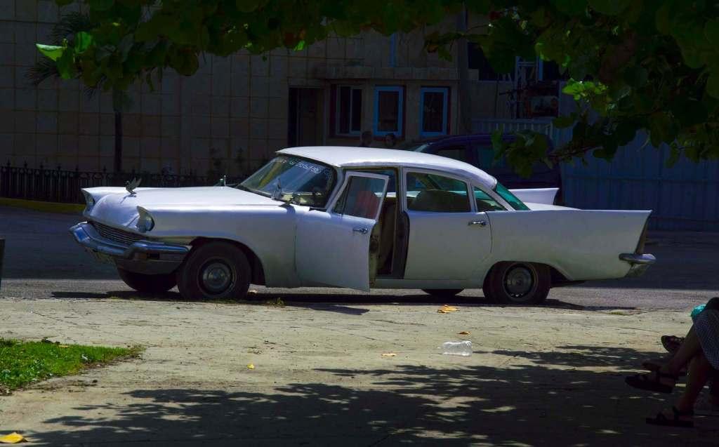 Белый американский автомобиль