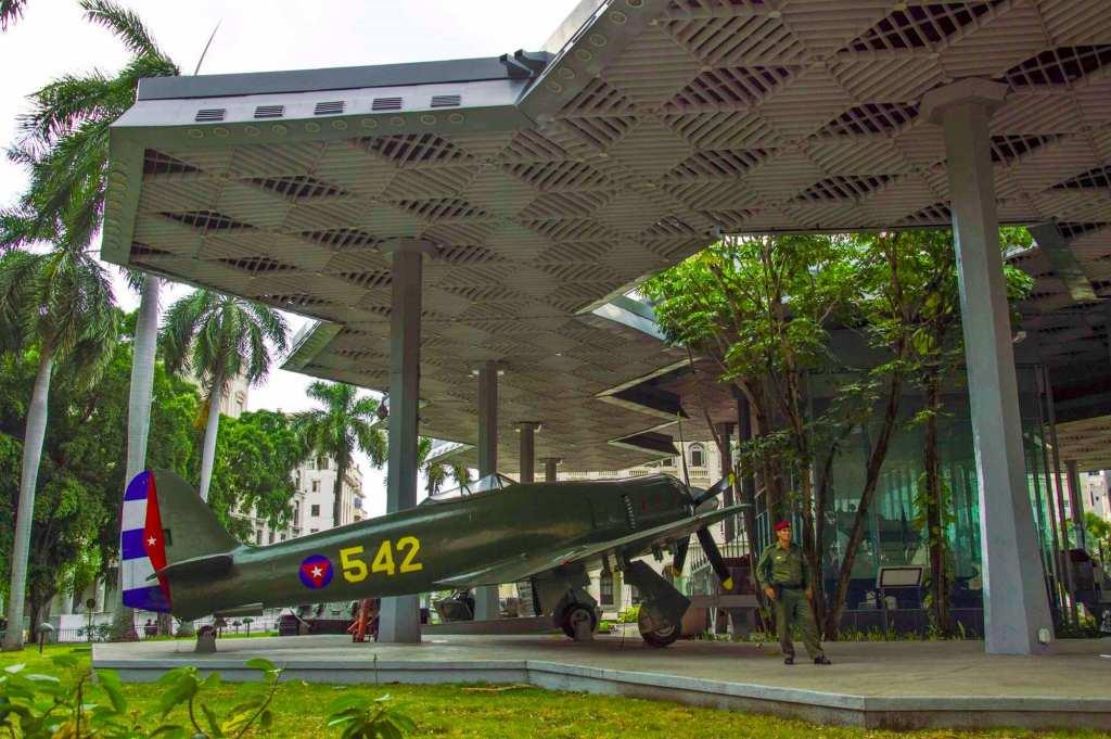 Военный самолет - экспонат музея революции
