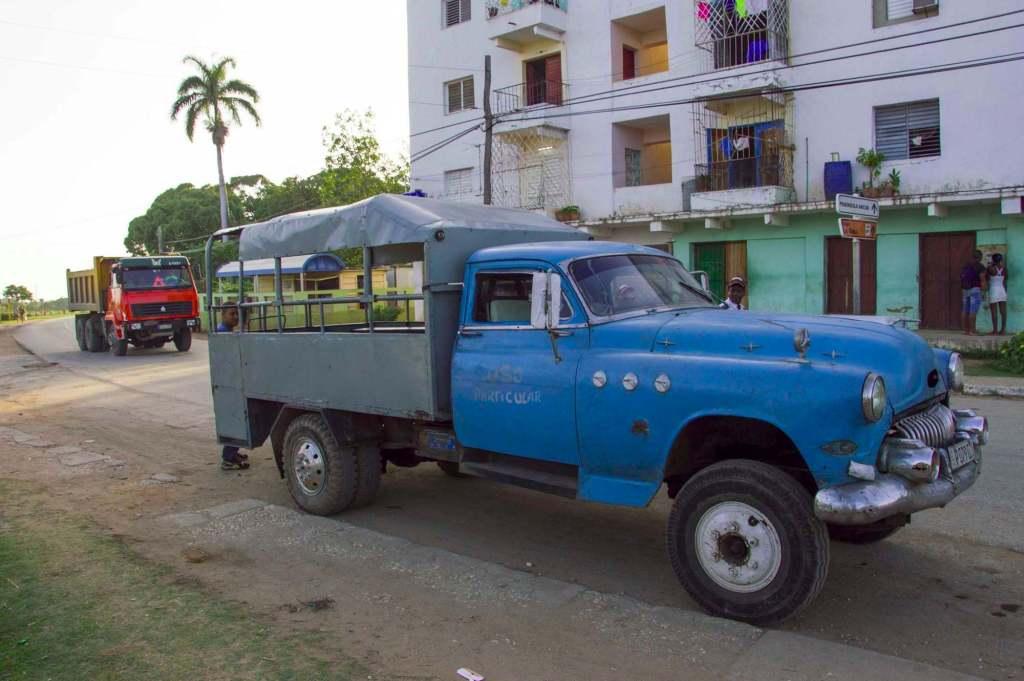 Грузовик с синим кузовом СССР на острове Куба