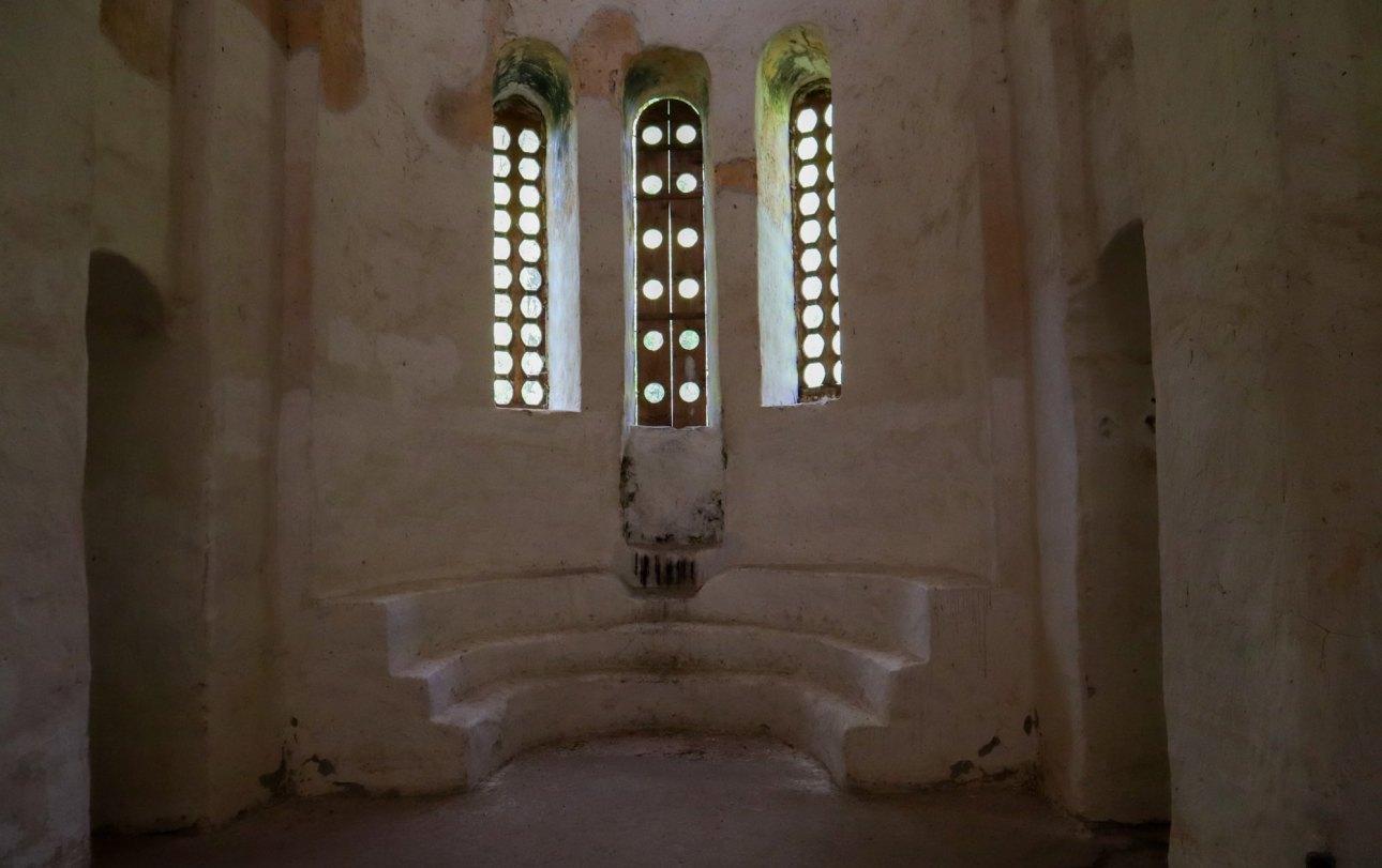 Алтарь и вытянутые окна в Среднем храме в Архызе