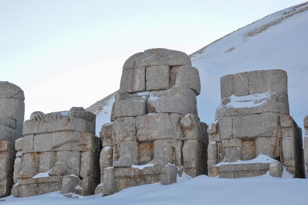 Статуя из каменных блоков
