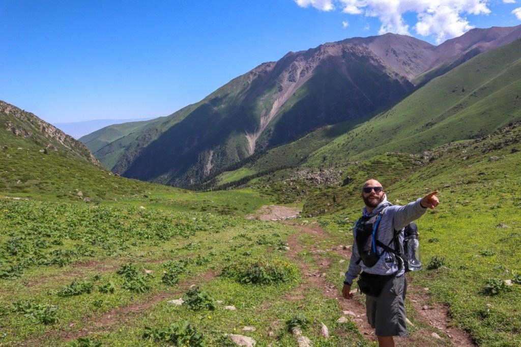 мужчина в горах указывает путь
