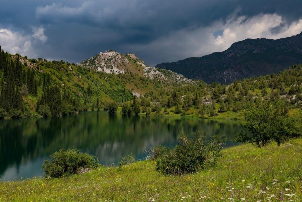 Озеро в горах Киргизия