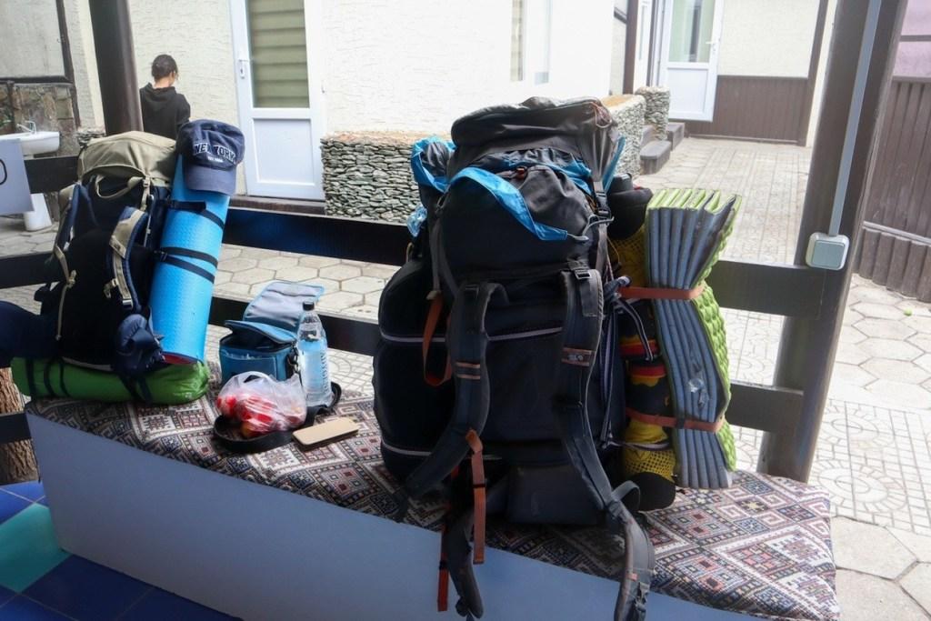 большие рюкзаки стоят на лавке