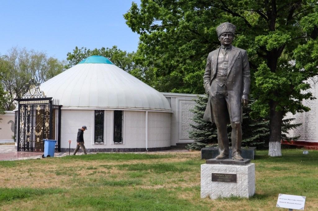 памятник кемалю ататюрку