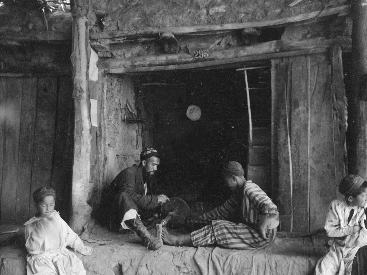 Мужчина затачивает нож — черно-бела фотография