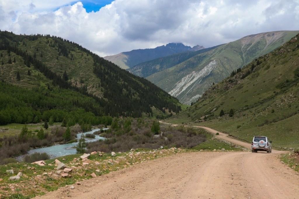 Автомобиль едет в горы