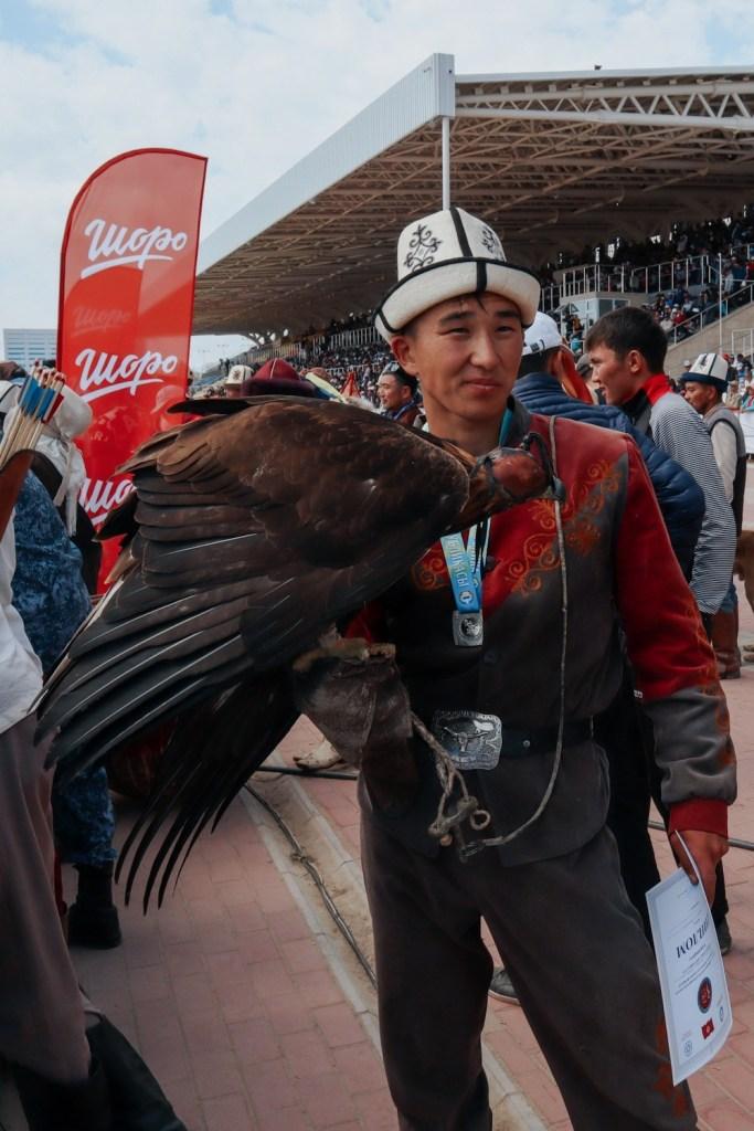 Кыргыз с охотничьим соколом