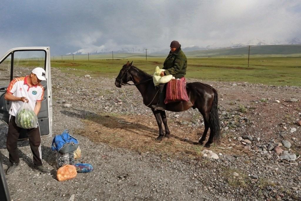 Всадник на коне покупает еду