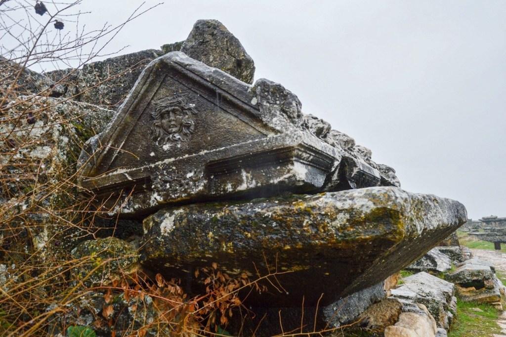 Крышка гроба треугольной формы