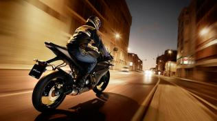 2012-Yamaha-YZF-R125-EU-Matt-Grey-Action-002