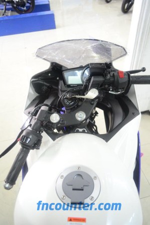 Yamaha YZF-R15, Left Turn