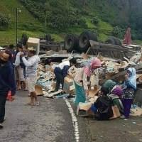 Polisi Buru Penjarah Muatan Truk yang Terguling di Tawangmangu
