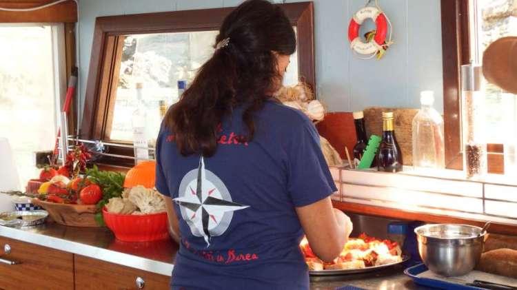 La nostra Flavia sta preparando la bruschetta sulla Victor