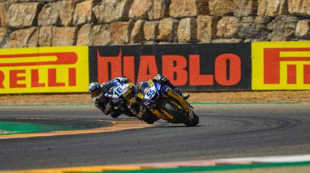Andrea Locatelli, seguido por Jules Cluzel, en la carrera de Supersport en Motorland Aragón 2020
