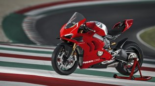 Panigale-V4R-Red-MY19-Ambience-01-Gallery-1920x1080