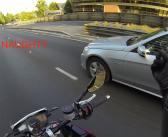 Hoe je zorgt dat een automobilist zijn telefoon laat vallen