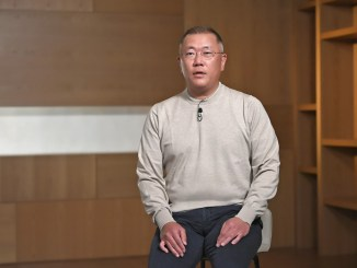 Hyundai Motor Group Chairman Euisun Chung Honored with the Issigonis Trophy at the 2021 Autocar Awards