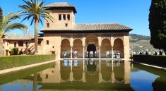 Highlights of the Alhambra Palace and the Generalife Gardens in Granada. Photo tips, tickets, how to visit, and insights into the highlights of the visit to the Nasrid Palace and Red Fortress. #Alhambra #Granada #TravelBlog #AlhambraPalace #AlhambraGranada #AlhambraTips #AlhambraHighlights