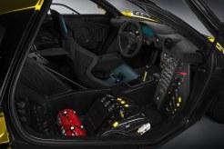 High Tech 1995: Auf den ersten Blick könnte dies auch die Kommandozentrale des F1 GTR auch einen aktuellen Rennboliden befehligen. Aber das knöpfchenfreie Lenkrad sowie das mit Schaltern übersähte Panel im Vordergrund sprechen dagegen. (Werksfoto)