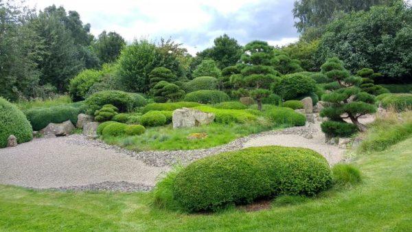 Roji-Garten in Bartschendorf im Havelland mit beschnittenen Baeumen