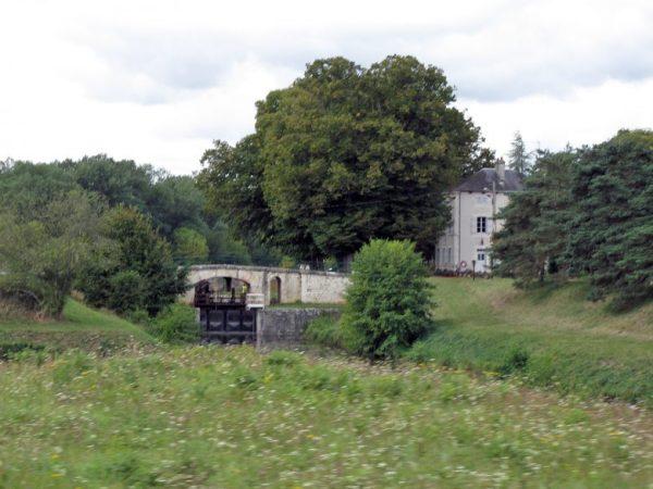 Einer der lauschigen Picknickplätze: Schleuse am Loire-Seitenkanal in Frankreich als Picknickplatz