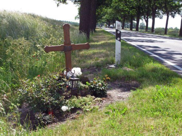 Gedenkkreuz am Straßenrand für ein Opfer des Strassenverkehrs als Beispiel fuer das Wildunfallrisiko für Motorradfahrer