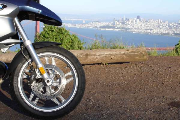 BMW R 1200 GS auf den Marin Headlands mit Blick auf San Francisco und die San Francisco Bay