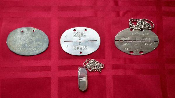 Drei deutsche Blech-Erkennungsmarken von Kaiserlichem Heer, Wehrmacht und Bundeswehr und ein USB-Stick für Datenspeicherung