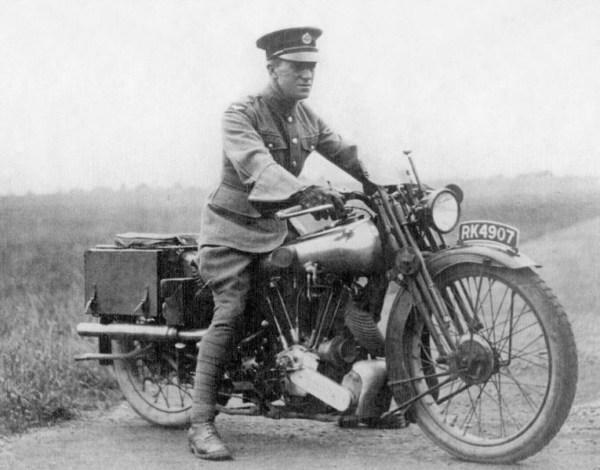 T. E. Lawrence auf seiner Brough Superior, auf der er als Motorradfahrer im Geschwindigkeitsrausch tödlich verunglückte