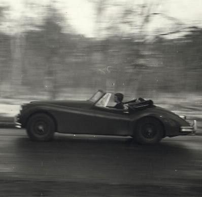 Françoise Sagan in einem Jaguar Cabriolet, mit dem sie über die französischen Landstrassen rast