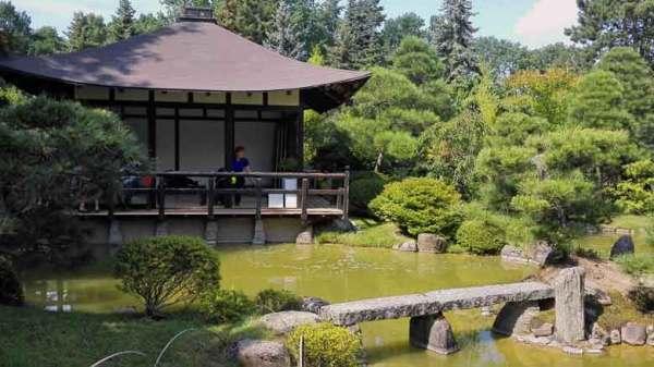 Japanischer Bonsaigartens in Ferch mit Teehaus und Steinbrücke als Zwischenziel auf einer Schwielowsee Rundtour