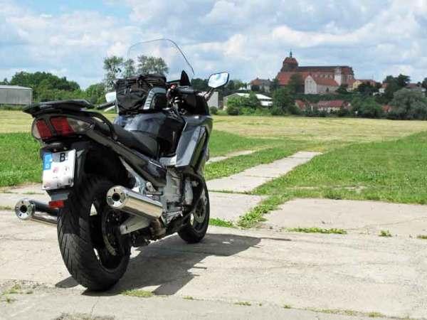 Yamaha FJR 1300 mit Blick auf den Dom von Havelberg, aufgenommen bei einer Prignitztour zur Plattenburg